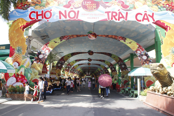 The area within the festival venue where fruits are sold at discount prices