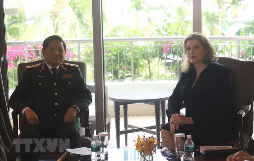 Minister Ngo Xuan Lich and British Secretary of State for Defense Penny Mordaunt in Singapore on June 1, 2019. Photo: Vietnam News Agency