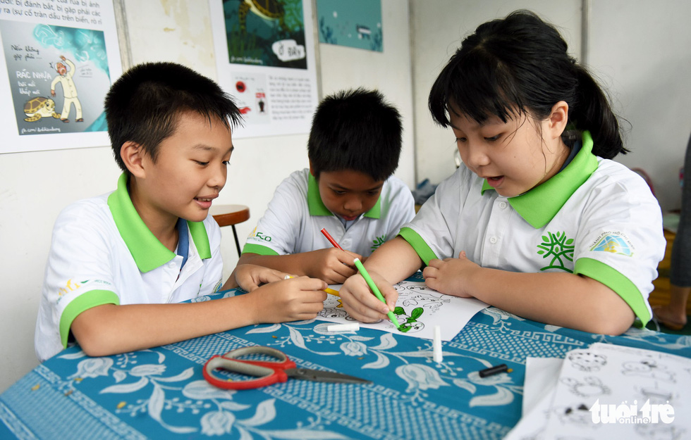 Children color paintings in environmental protection themes at Le Van Tam Park, District 1, Ho Chi Minh City, June 2, 2019. Photo: Duyen Phan / Tuoi Tre
