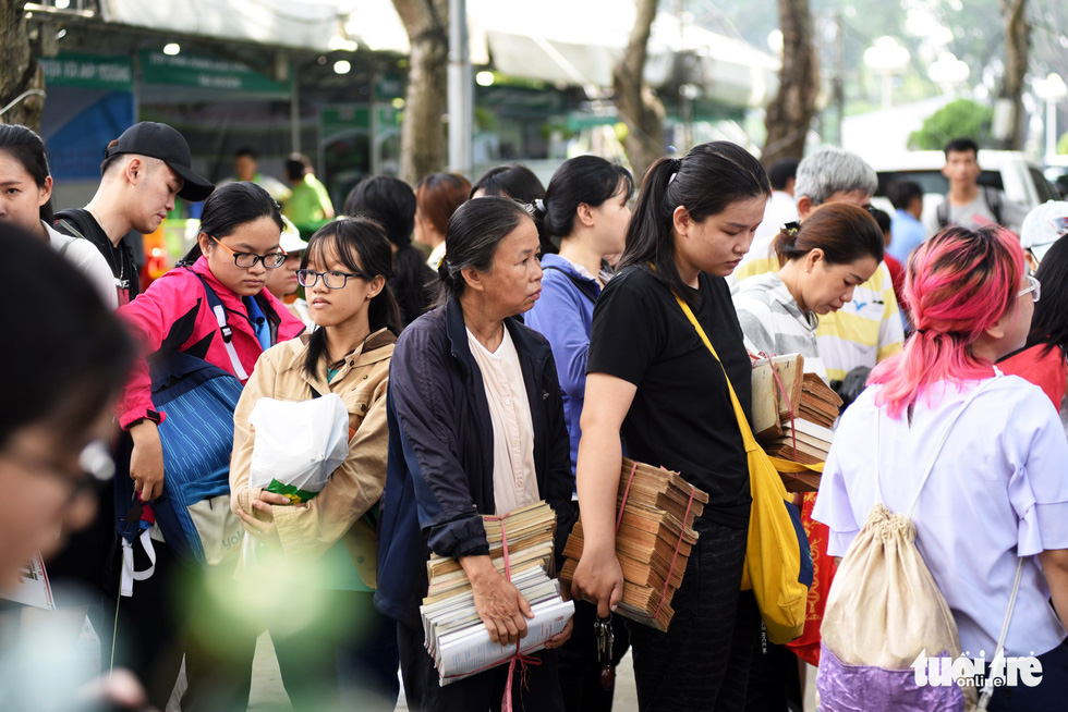 People queue to exchange books for trees at Song Xanh Festival at Le Van Tam Park, District 1, Ho Chi Minh City, June 2, 2019. Photo: Duyen Phan / Tuoi Tre