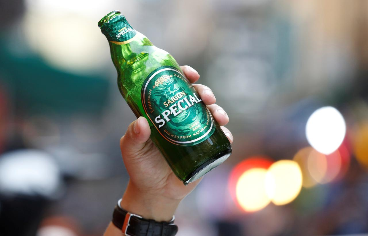 A drinker holds a bottle of Saigon beer (sabeco) at a restaurant in the Old Quarter in Hanoi, Vietnam April 18, 2019. Photo: Reuters