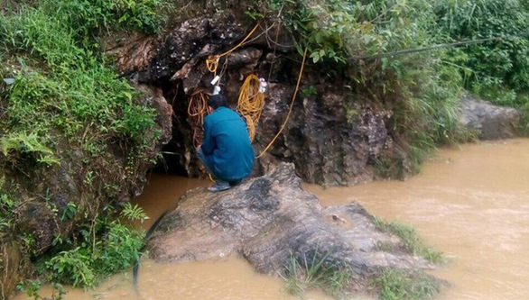 Over 100 rescuers join efforts to save man trapped in cave in northern Vietnam