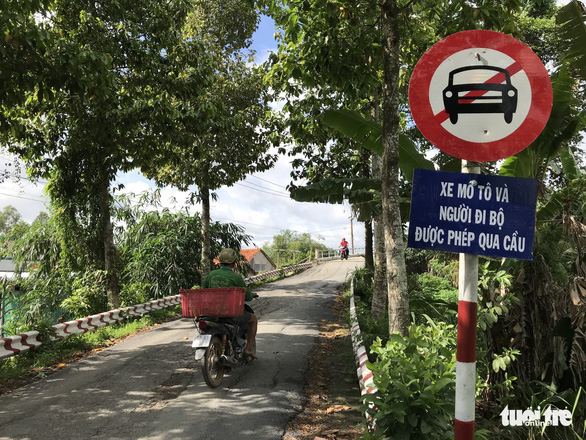 A traffic sign prohibiting four-wheeled vehicles from going on the repaired Tan Nghia Bridge in Dong Thap Province, Vietnam. Photo: Ngoc Tai / Tuoi Tre