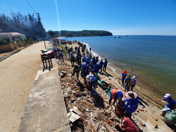 Young volunteers join beach cleanup campaign in central Vietnam