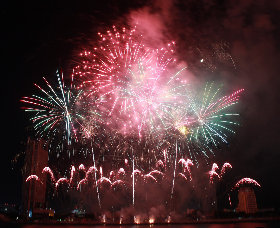 A part of Brazil team News Fireworks' firework performance at Da Nang International Fireworks Festival 2019 on June 8, 2019. Photo: Truong Trung / Tuoi Tre