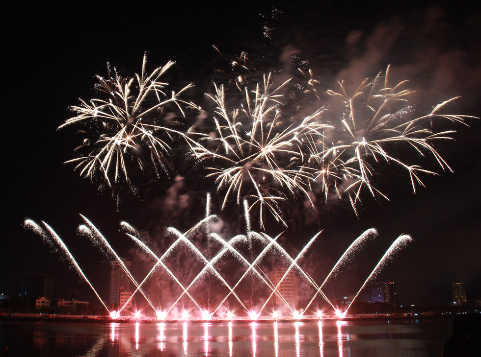 A part of Belgian's team H.C Pyrotechnics' firework performance at Da Nang International Fireworks Festival 2019 on June 8, 2019. Photo: Truong Trung / Tuoi Tre
