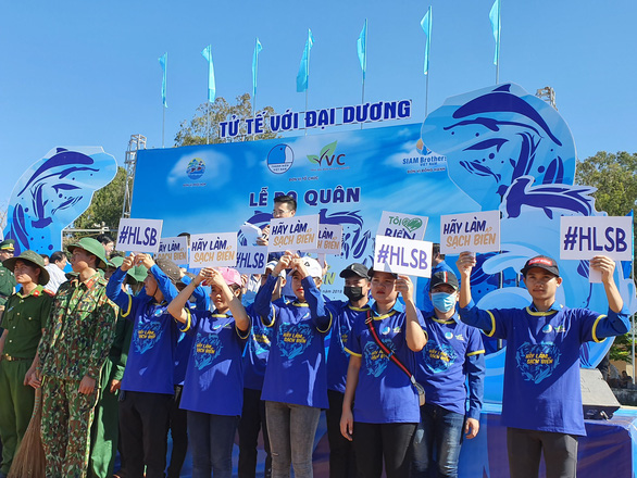 Volunteers raise their banners to spread the message of the campaign. Photo: Tran Mai / Tuoi Tre