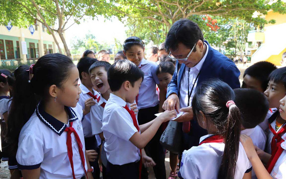 Japanese man returns to elementary school named for his late daughter in Vietnam