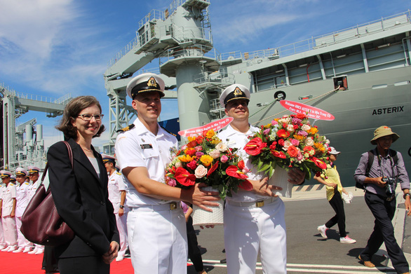 Deborah Paul, Canadian Ambassador to Vietnam, and the commanding officers of the two vessels pose for a photo. Photo: Thai Thinh / Tuoi Tre