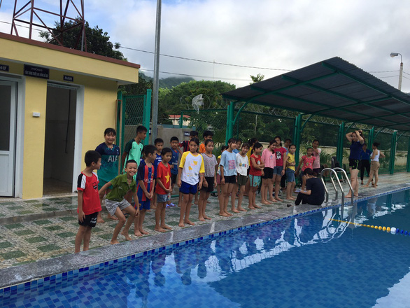Free summer swimming course held for children in mountainous Vietnamese region