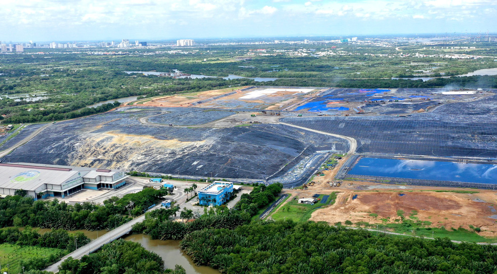 An aerial photo of the Da Phuoc landfill in Binh Chanh District, Ho Chi Minh City. The Phu My Hung urban area of District 7 can be spotted on the far left corner of the photo. Photo: Tu Trung / Tuoi Tre