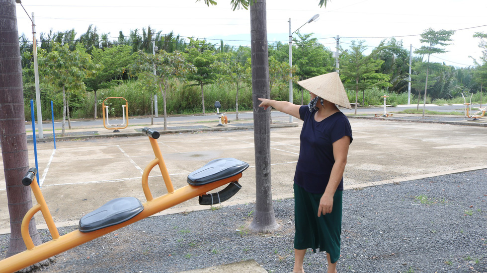 A public park in Nha Be District, Ho Chi Minh City is abandoned as residents are reluctant to go outdoors due to foul smell from the nearby Da Phuoc landfill. Photo: Thu Hien / Tuoi Tre