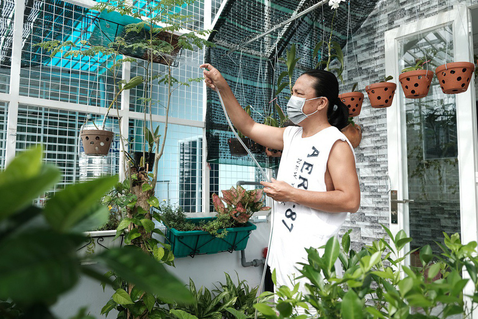 A manwears a facemask inside his home in Nha Be District, Ho Chi Minh City due to penetrating foul smell from the nearby Da Phuoc landfill. Photo: Thu Hien / Tuoi Tre