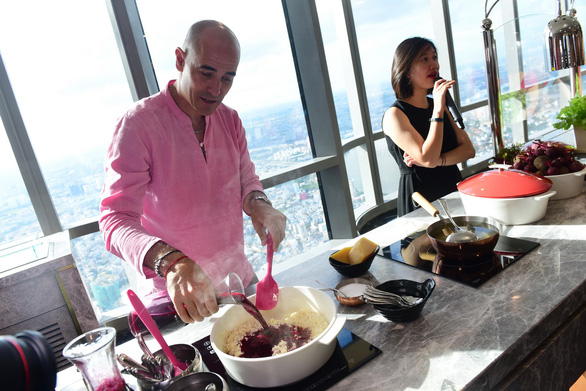 Celeb chef David Rocco gives instruction on cooking Italian rice dish Risotto at Landmark 81 building in Ho Chi Minh City on June 11, 2019. Photo: Quang Dinh / Tuoi Tre