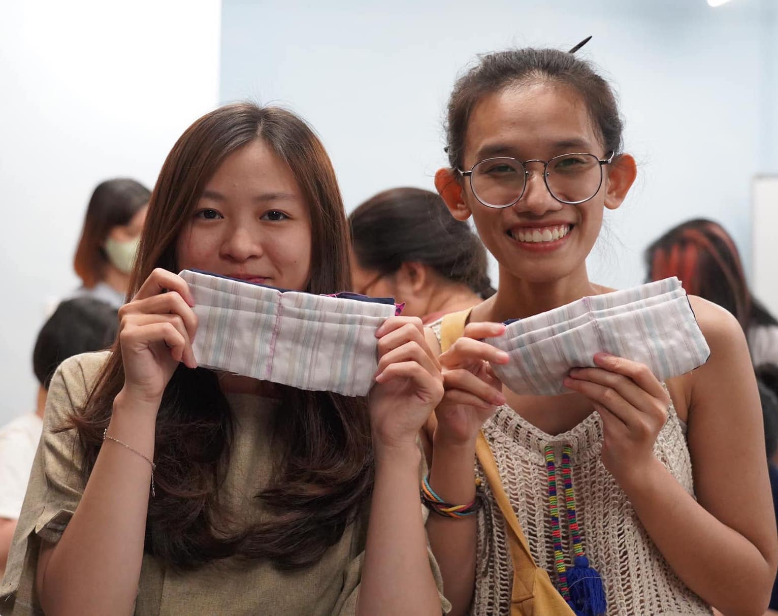 Saigonese join workshop to make wallets from old clothes