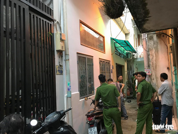 Officers probe the house in Thu Duc District, Ho Chi Minh City. Photo: Xuan Doan / Tuoi Tre
