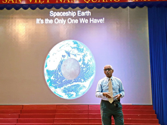 Former NASA administrator Charles Bolden talks with students in Ho Chi Minh City, Vietnam on June 12, 2019. Photo: Trong Nhan / Tuoi Tre