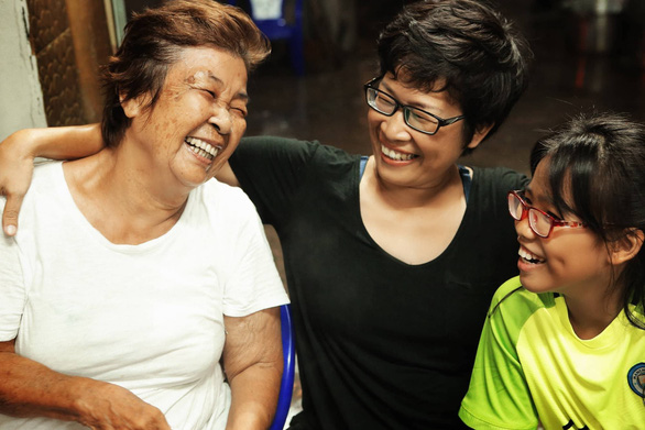 Truong Ngoc Van Anh (center) wears a bright smile while fighting breast cancer. Photo: Salt Cancer Initiative