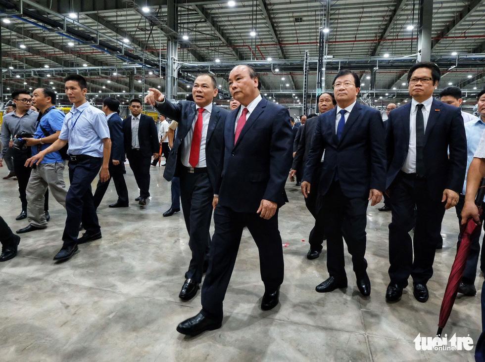 Prime Minister Nguyen Xuan Phuc (right) tours the plant. Photo: Nam Tran / Tuoi Tre