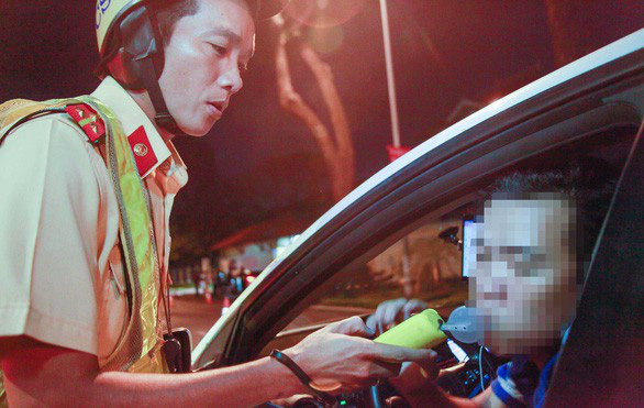 A car driver takes a breath test in Ho Chi Minh City. Photo: Tuoi Tre