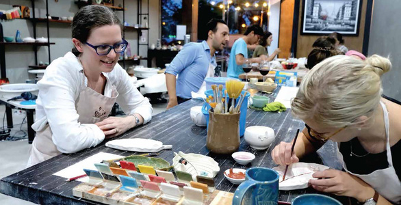 Foreigners enjoy making DIY handicrafts after long working hours in Ho Chi Minh City. Photo: Vu Thuy / Tuoi Tre