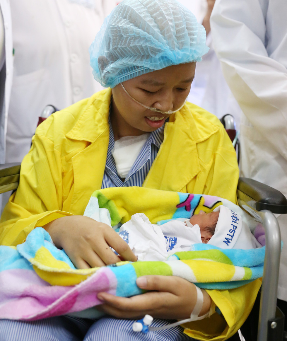 Lien holds Binh An for the first time. Photo: National Cancer Hospital