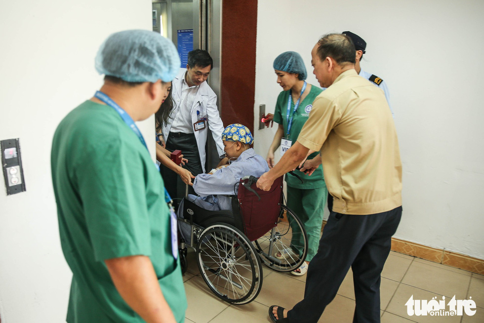 Lien is taken on a wheelchair to meet her son at the National Hospital of Obstetrics and Gynecology. Photo: Nguyen Khanh / Tuoi Tre