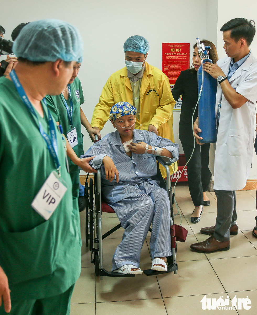 Lien is accompanied by a group of doctors during the meeting. Photo: Nguyen Khanh / Tuoi Tre