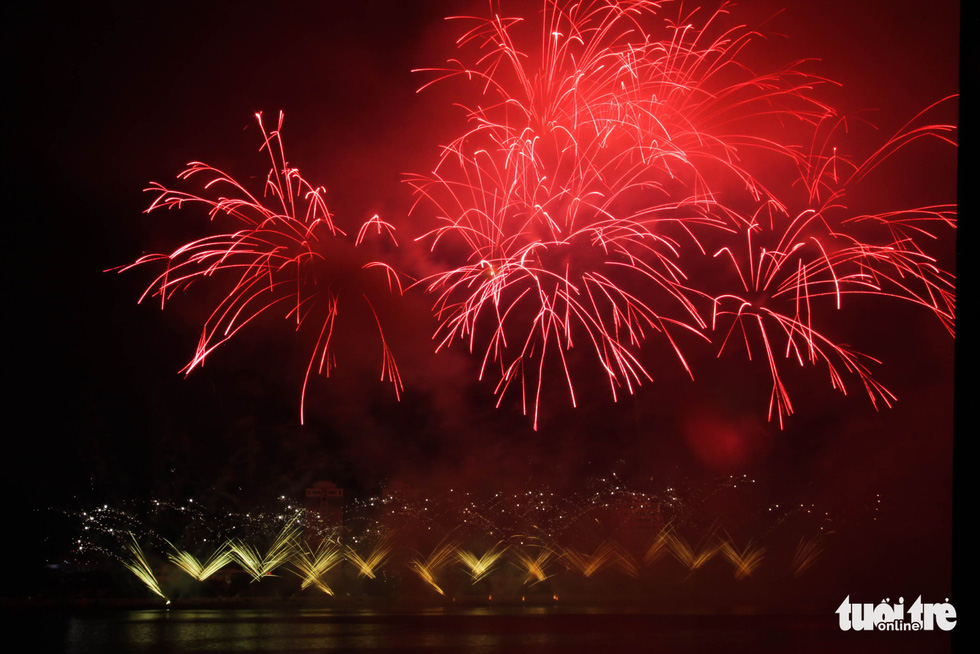 A part of Italian team fireworks Parente Fireworks Group performance at Da Nang International Fireworks Festival 2019 on June 15, 2019. Photo: Tan Luc / Tuoi Tre