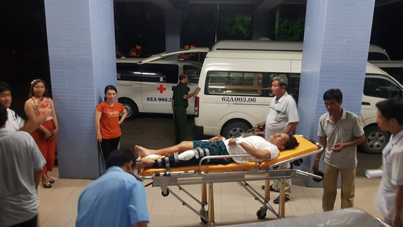 An injured officer is being transferred to the Long An Province General Hospital for further treatment. Photo: Son Lam / Tuoi Tre