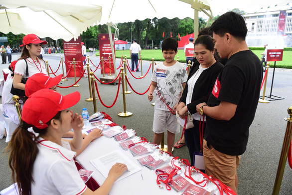 Customers check in at VinFast's delivery ceremony in Ho Chi Minh City on June 17, 2019. Photo: Quang Dinh / Tuoi Tre