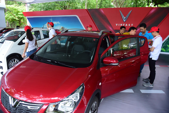 Customers experience a Fadil car at VinFast's delivery ceremony in Ho Chi Minh City on June 17, 2019. Photo: Quang Dinh / Tuoi Tre