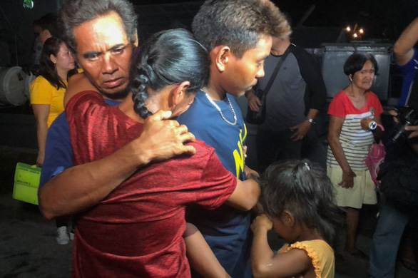 Filipino crewmen on a ship that sank off Vietnam's Truong Sa (Spratly) archipelago on June 9 are pictured reuniting with their families at the port of San Jose, Occidental Mindoro on June 14, 2019. Photo: ABS-CBN News