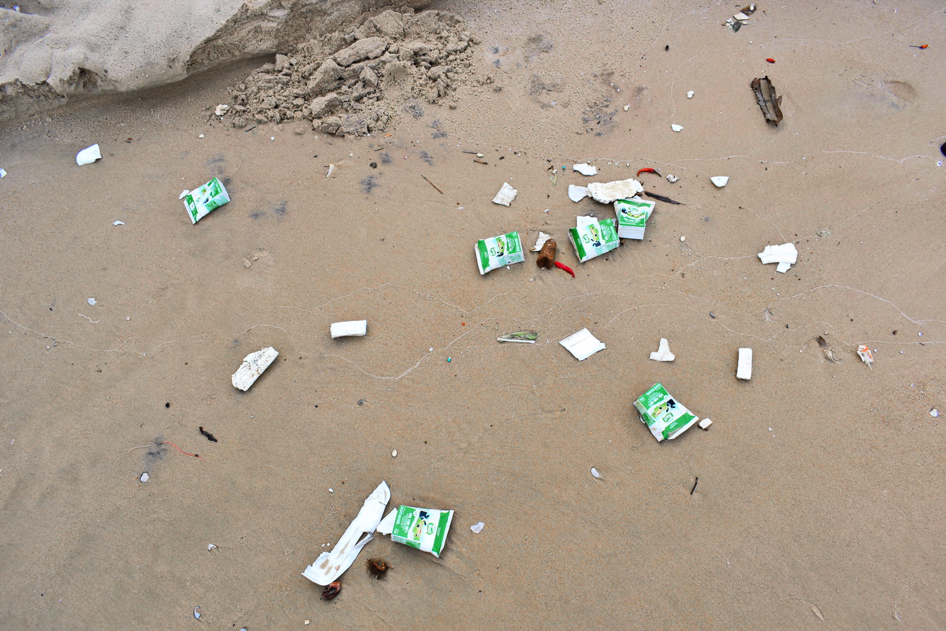 The Ke Ga Beach in Binh Thuan Province, Vietnam is littered with trash from human activities. Photo: Tuan Son / Tuoi Tre News