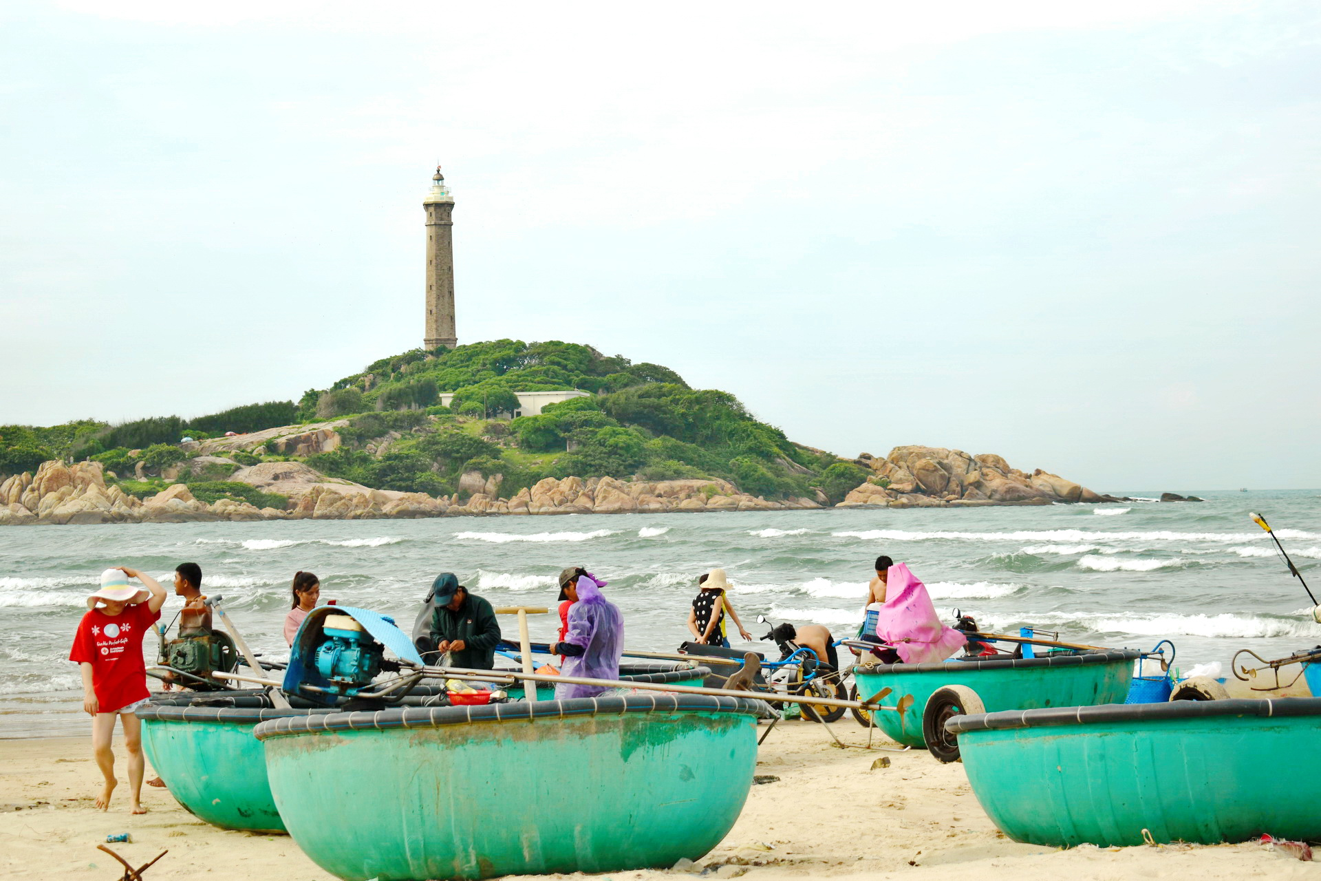 Fishermen and conical boats gather at a fishing village at the Ke Ga Beach in Binh Thuan Province, Vietnam. Photo: Tuan Son / Tuoi Tre News