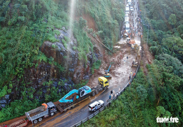 Mountain pass landslide blocks traffic on Saigon - Da Lat route
