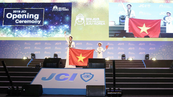 Vietnamese participants hold their national flag onstage at the opening ceremony of JCI Asia Pacific Conference in Jeju, South Korea, on June 17, 2019. Photo: Tuan Quynh / Tuoi Tre
