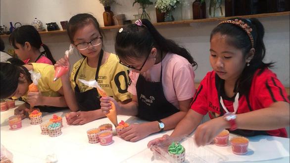 Vietnamese children spend summer in cooking, arts classes