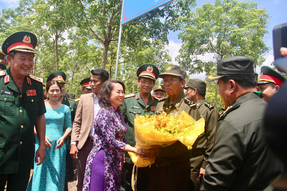 Minister Tea Banh receives flowers from an official of Binh Phuoc Province. Photo: Minh Phuong / Tuoi Tre