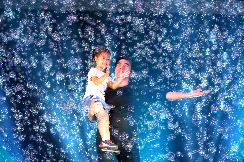 Vietnamese-Canadian bubble artist dazzles young audience in Ho Chi Minh City