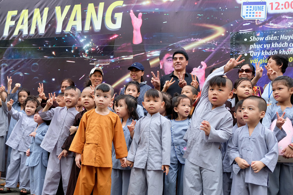 Fan Yang poses for a photo with children from local foster homes before the show in June 22, 2019. Photo: Gia Tien / Tuoi Tre