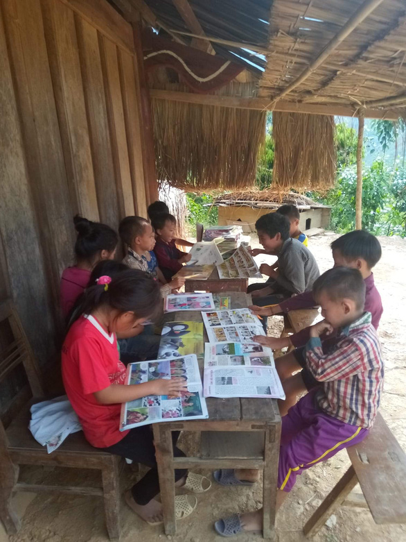 Children read comic books at one of the mini libraries at a teacher's house in Tam Quang Commune, Tuong Duong District, Nghe An Province. Photo: Doan Hoa / Tuoi Tre