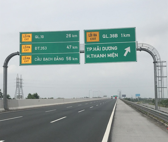 Directions are showed on the signboards along the expressway. Photo: Huy Thiem / Tuoi Tre