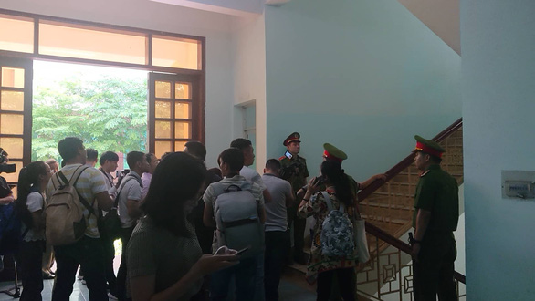 Reporters wait outside of the courtroom. Photo: H.Diep / Tuoi Tre