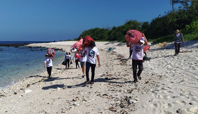 Vietnamese islanders promote beach cleanup campaign to save their home
