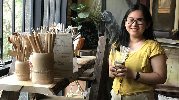 Meet Vietnamese girl who persuades small vendors to ditch plastic bags