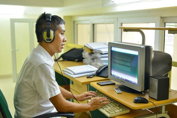 Vietnamese devotes life to journalism despite vision loss