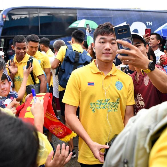 Luong Xuan Truong takes a selfie with Buriram United's fan. Photo: Buriram