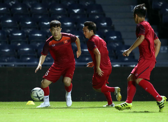 Luong Xuan Truong drags the ball during a practice session with Vietnam's national football team. Photo: A.T / Tuoi Tre