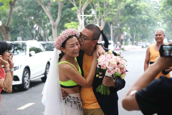 Surprise wedding held at marathon finish line for Vietnamese couple